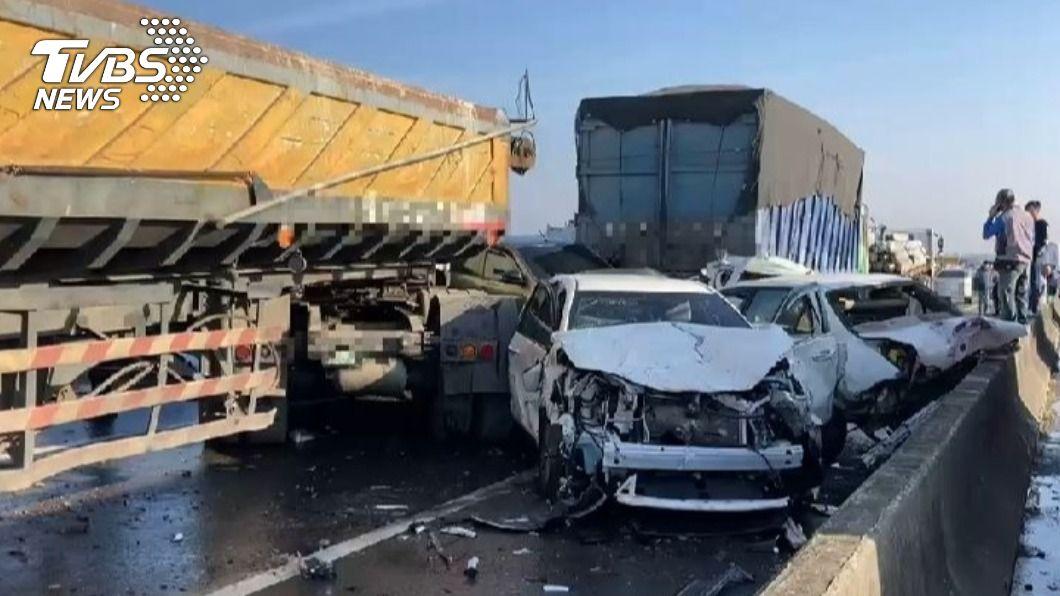 台61線西濱快速道路昨日發生重大連環車禍。(圖/TVBS) 「西濱20車追撞」禍首是濃霧還空汙?氣象專家給答案