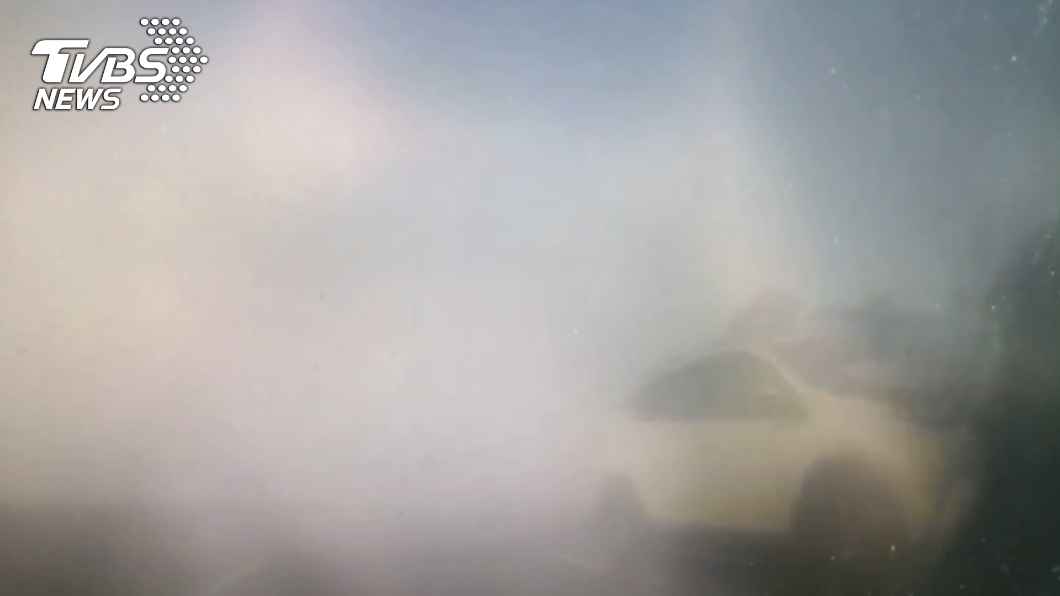 西濱濃霧導致嚴重死亡車禍。(圖/TVBS) 西濱濃霧釀車禍未發特報?氣象局:鄰近無測站