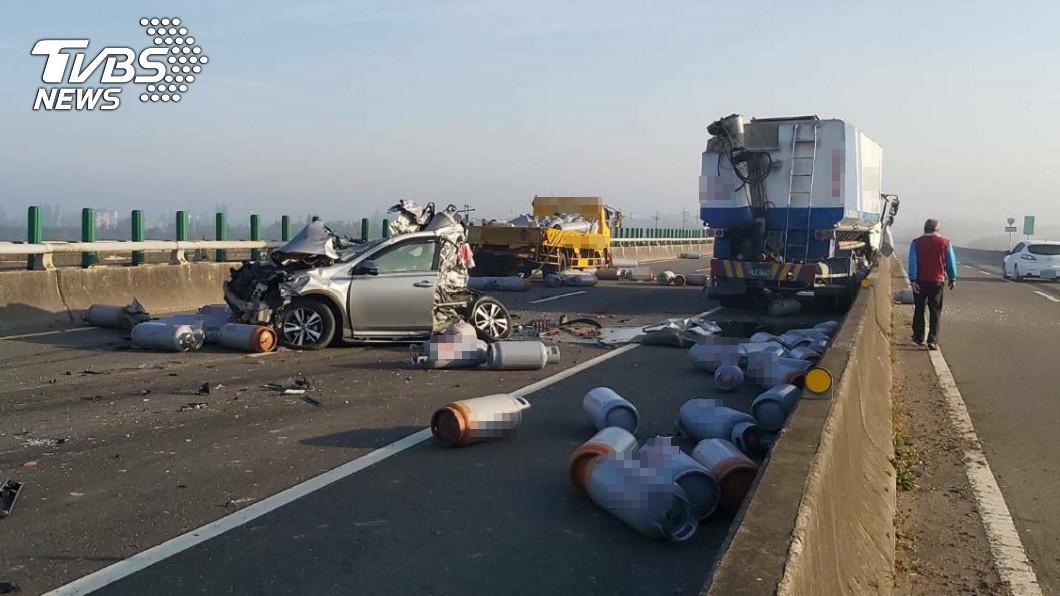 西濱快速公路發生20車連環撞事故。(圖/TVBS) 西濱20車連環撞 鄉民「2天前神預言」引朝聖:先知