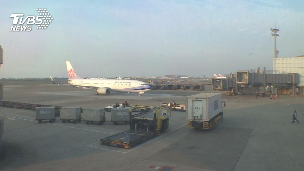 華航緬甸救援班機昨天載送82人返台。(圖/TVBS) 緬甸救援專機36人入境採檢 暫未見陽性個案