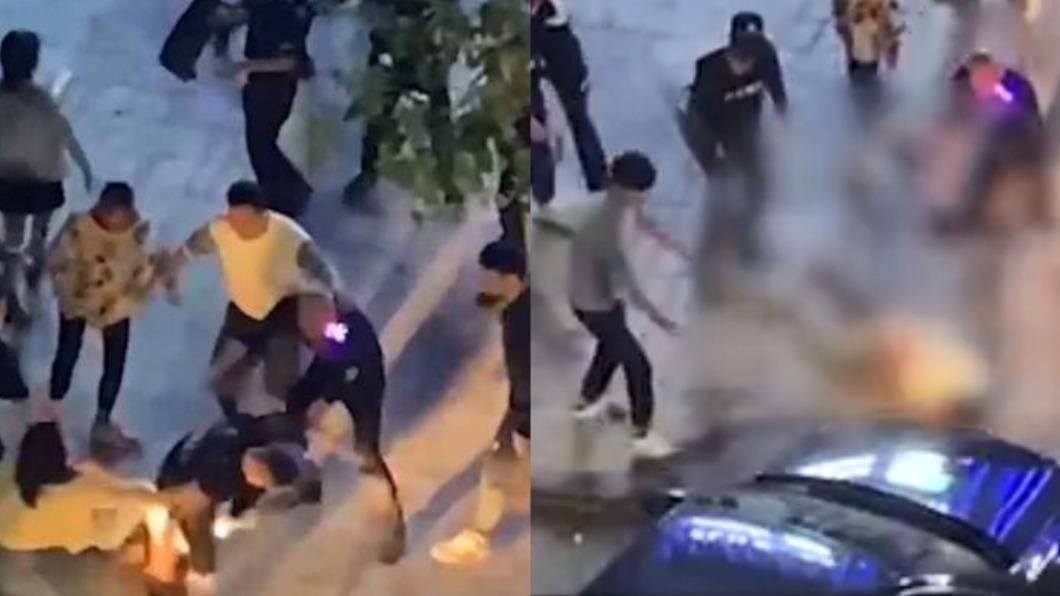 男子遭圍毆,友人欲驅車解救反將男子輾斃。(圖/翻攝自微博) 陸男酒吧前遭圍毆 豬隊友欲驅車解救「反將人輾死」