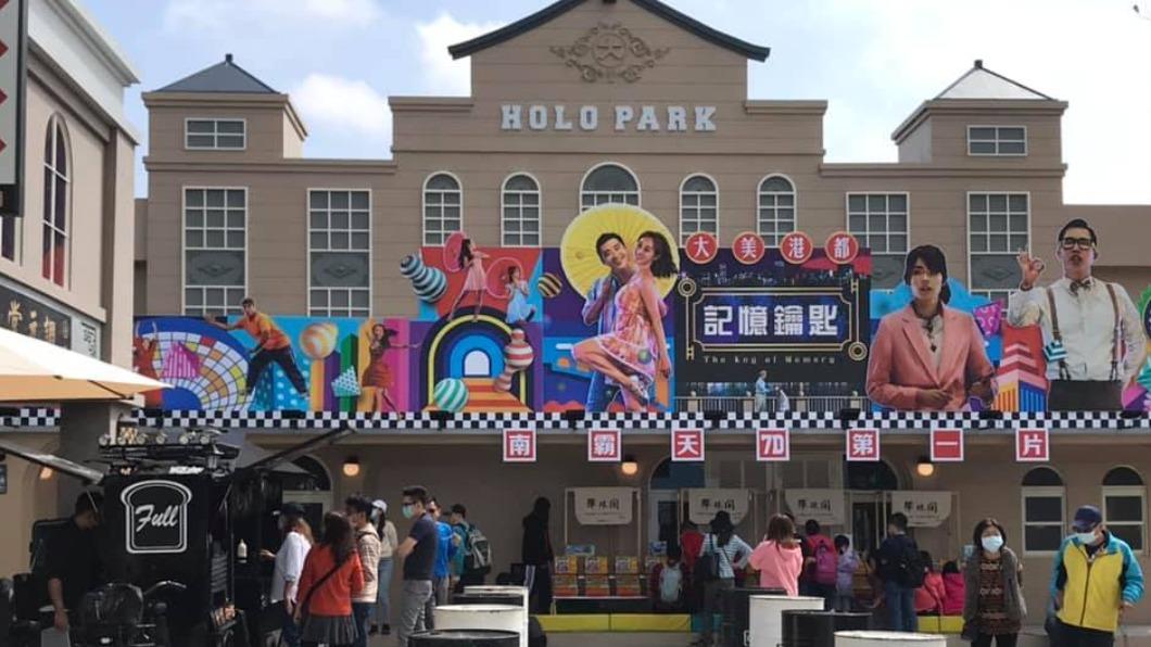 高雄懷舊戲院市集擁有全台首座7D浮空電影院。(圖/翻攝自「田蜜農場」臉書) 全台首座「7D浮空電影院」 高雄打造懷舊戲院市集