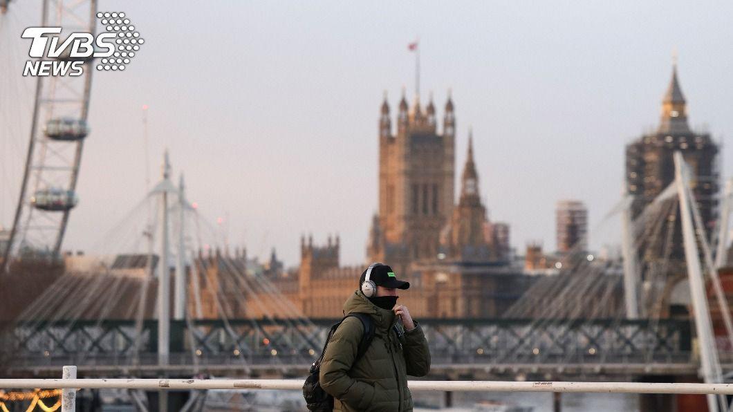 英國民眾戴口罩走在街上。(圖/達志影像路透社) 英國新冠肺炎疫情趨緩 單日新增確診低於萬例