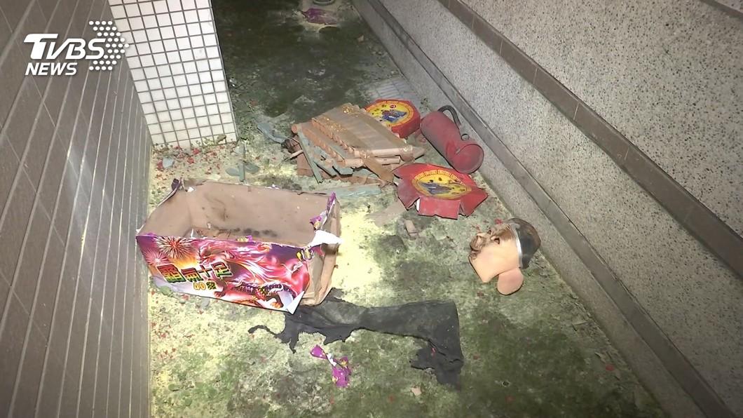 3名男子闖入社區,朝一樓住戶陽台丟擲鞭炮和煙火。(圖/TVBS) 「豬臉怪客」闖新北社區! 鞭炮煙火狂炸民宅陽台
