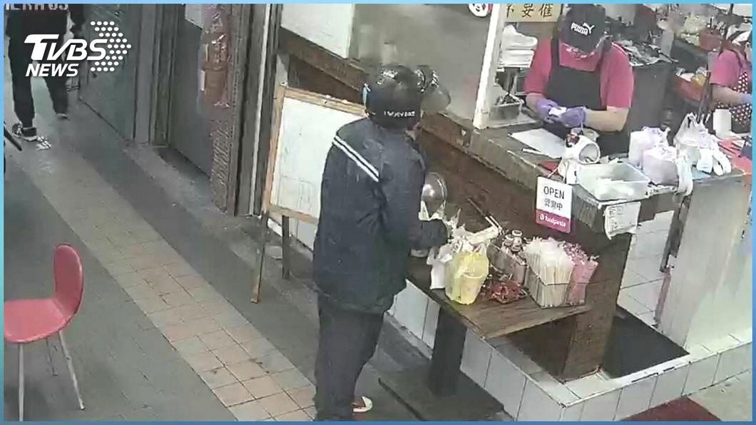 外送員揭發同業偷餐手法。(圖/TVBS) 店家、平台大嘆倒楣 外送員鑽漏洞2手法「沿路偷餐」
