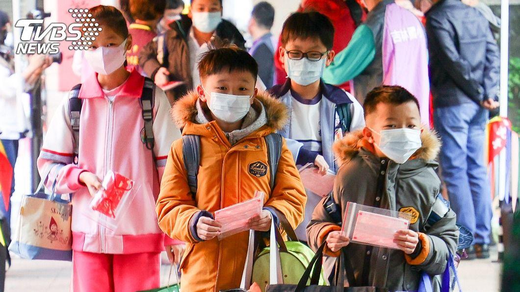 學生進入校園時戴上口罩、落實防疫。(圖/中央社) 中小校開學日 縣市首長視察校園防疫整備工作