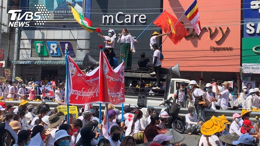 緬甸示威者上街抗議。(圖/中央社) 緬甸反政變示威與不服從運動擴大 企業響應罷工