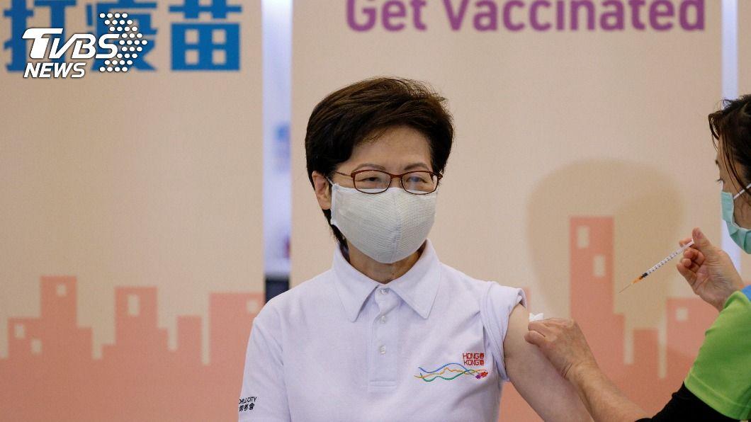 港特首林鄭月娥接種疫苗。(圖/達志影像路透社) 林鄭月娥率先接種新冠疫苗 香港26日大規模施打
