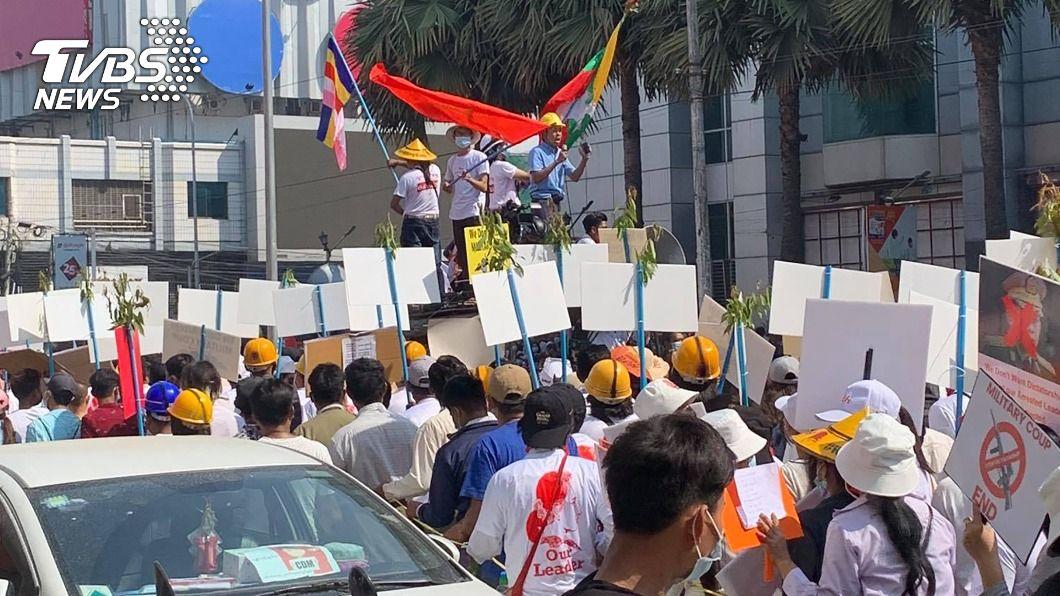 圖為緬甸第二大城瓦城的街頭抗議。(圖/中央社) 緬軍祭死亡威脅抗議仍不止 美國務卿發文挺緬人