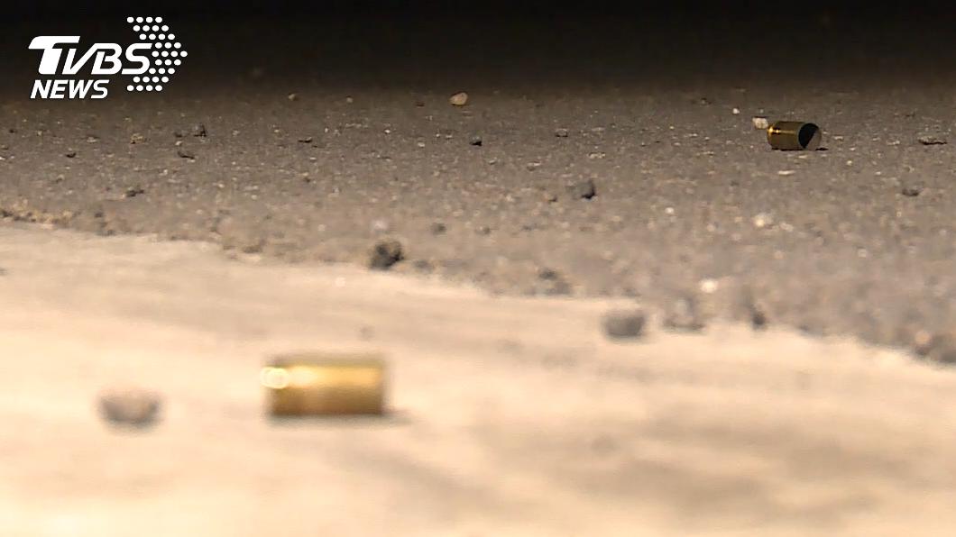 案發現場地面遺留2顆彈殼。(圖/TVBS) 台中深夜傳槍響!疑債務糾紛 警帶回11人偵辦