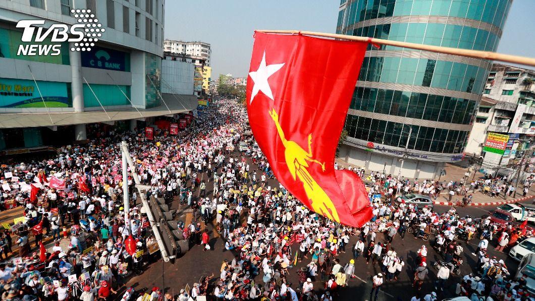 緬甸上萬民眾抗議軍方政變。(圖/達志影像美聯社) 支持反政變抗議 歐盟考慮制裁緬甸軍方企業