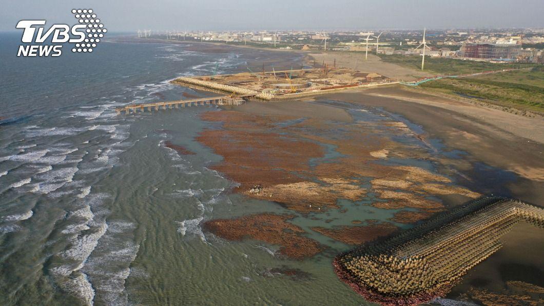 圖為中油三接站在大潭藻礁施工情形。(圖/中央社) 民進黨:國民黨執政時核定天然氣接收站蓋在藻礁