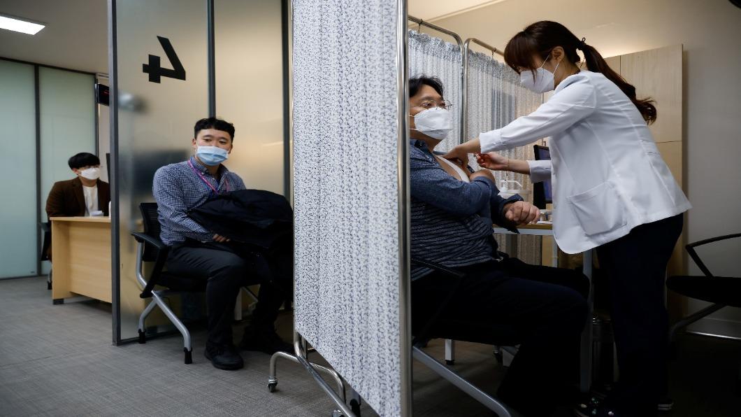 圖/達志影像路透 民官軍警就緒!南韓將開放接種AZ及輝瑞疫苗