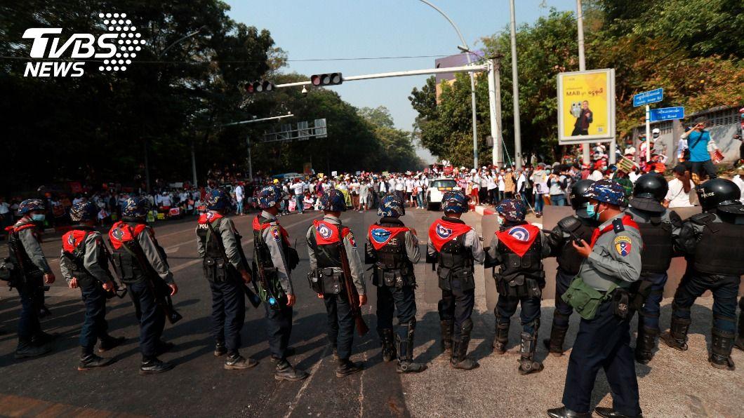 緬甸軍太猖狂!禁提「政變」 軍人持槍恐嚇開槍