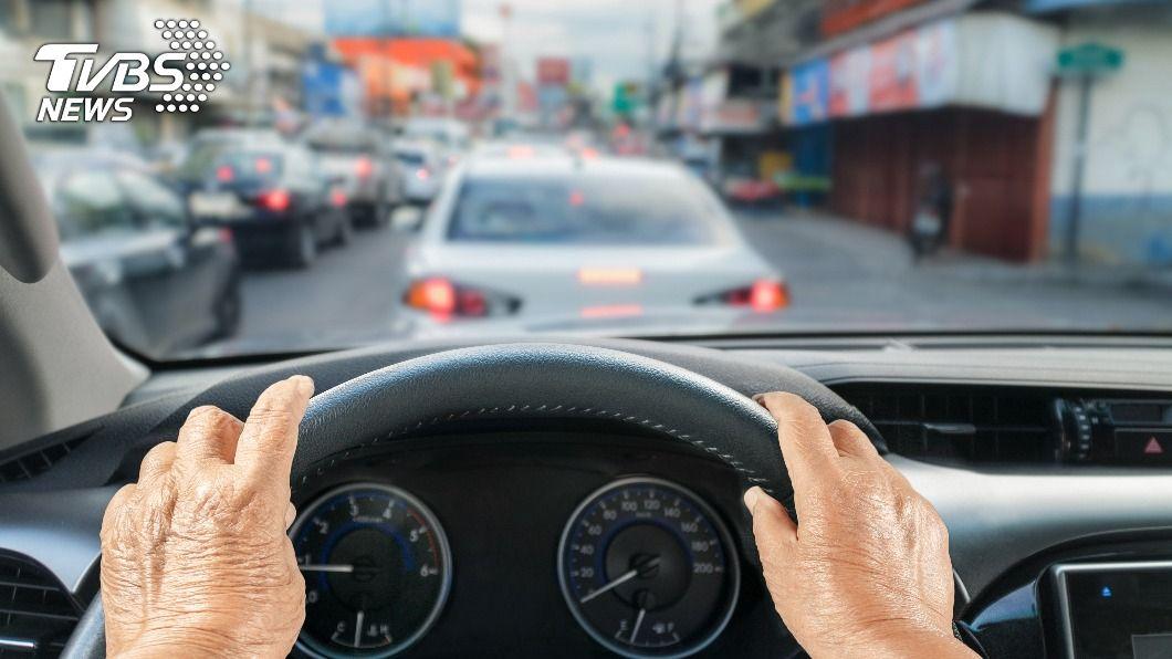 示意圖/shutterstock 達志影像 快訊/逾65歲駕駛事故!北市去年8601件 5年增67%