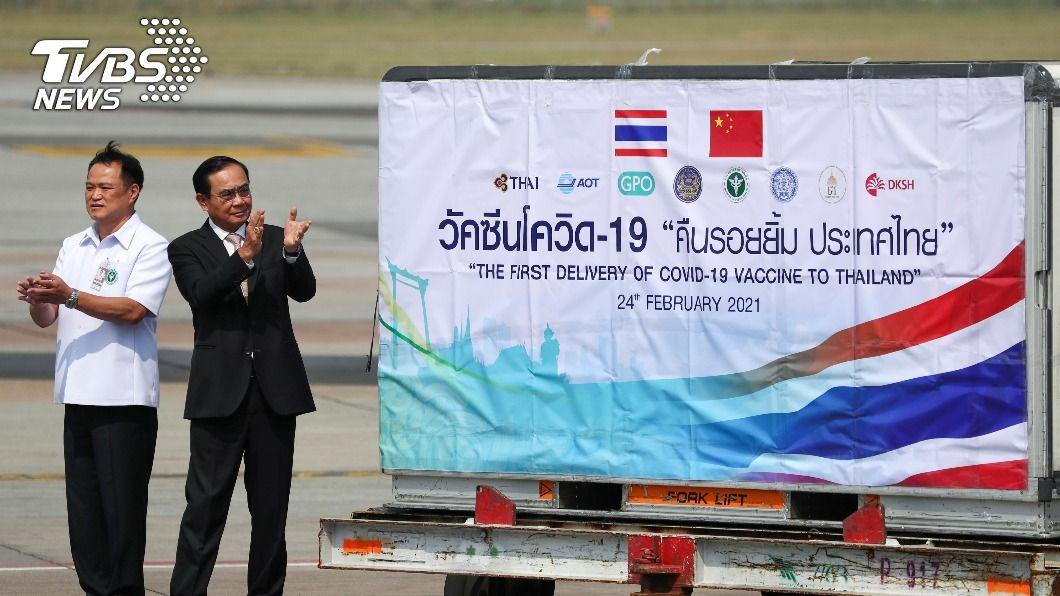 泰總理帕拉育親赴機場迎接陸科興疫苗。(圖/達志影像路透社) 首批大陸科興疫苗20萬劑抵泰國 總理機場迎接