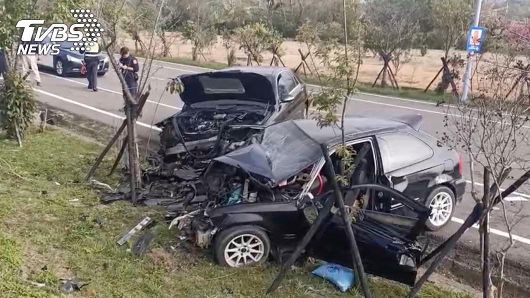 車禍現場兩輛車頭均嚴重損毀,零件四散。(圖/中央社) 男酒駕載妻兒回苗栗娘家 逆向衝撞來車釀2死2傷