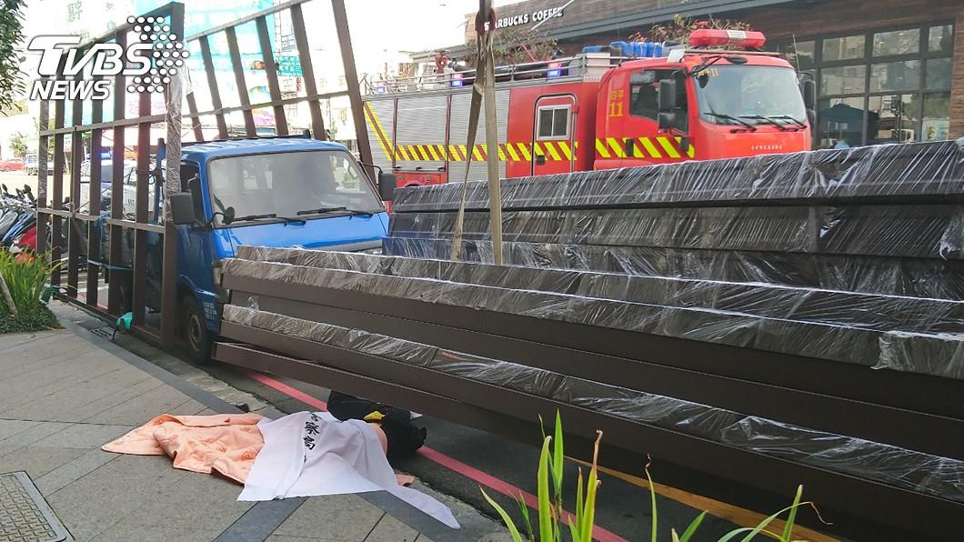 圖/台中市消防局提供 路邊卸貨遭「採光罩」重壓 55歲工人爆頭慘死