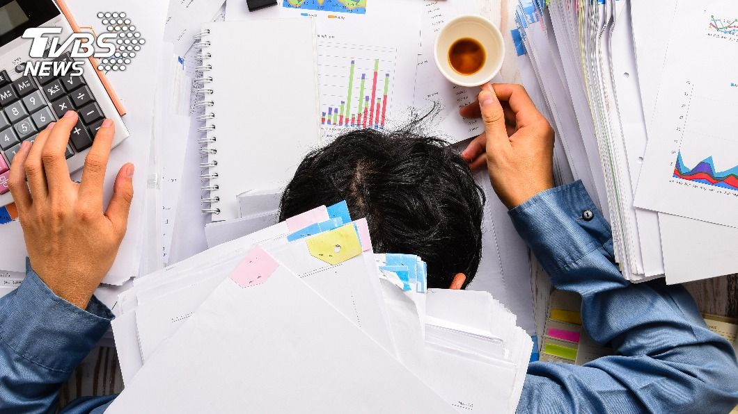 許多人出社會工作後,常常加班到沒日沒夜的。(示意圖/shutterstock 達志影像) 「加班5年沒加薪」心寒提離職 主管冷回1句網全怒