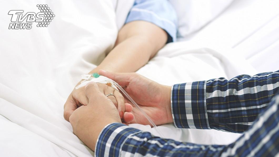 病人丈夫的暖心照顧感動江坤俊醫師。(示意圖,與當事人無關/shutterstock達志影像) 聽嘸乳癌妻病情 尪反覆喊「用最好的藥」感動醫:嫁對人