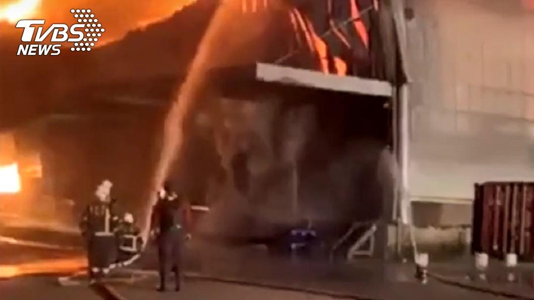 桃園大園某物流倉庫發生火警。(圖/TVBS) 桃園大園9百坪物流倉庫陷火海 百名消防奮戰6小時撲滅