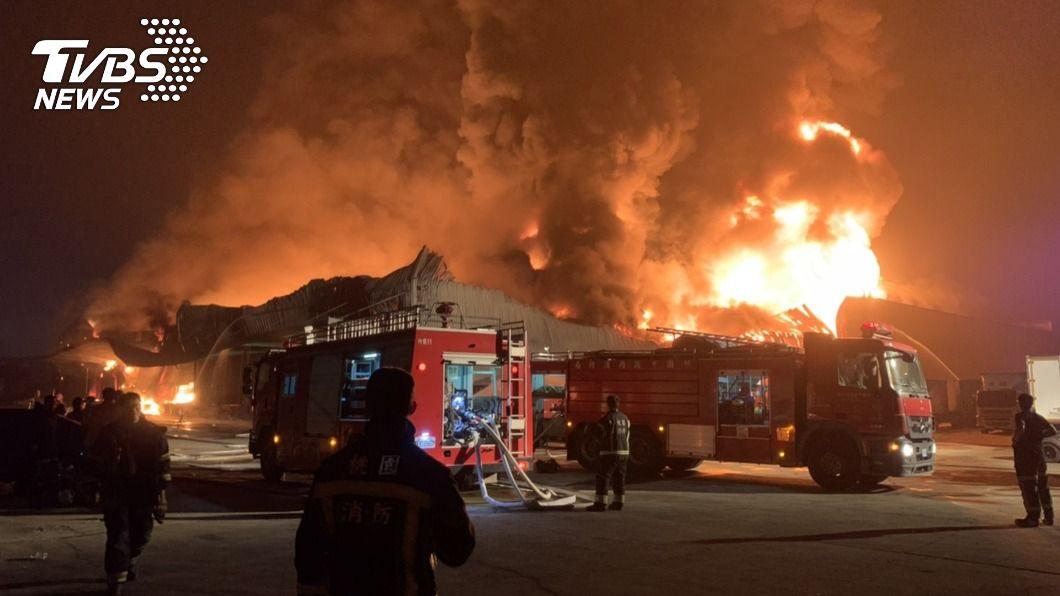 桃園一處鐵皮倉儲發生火警,耗時約6小時才撲滅,且造成嚴重空氣汙染。(圖/中央社) 桃園鐵皮倉儲大火耗時6hr撲滅 空污時節處分恐加重