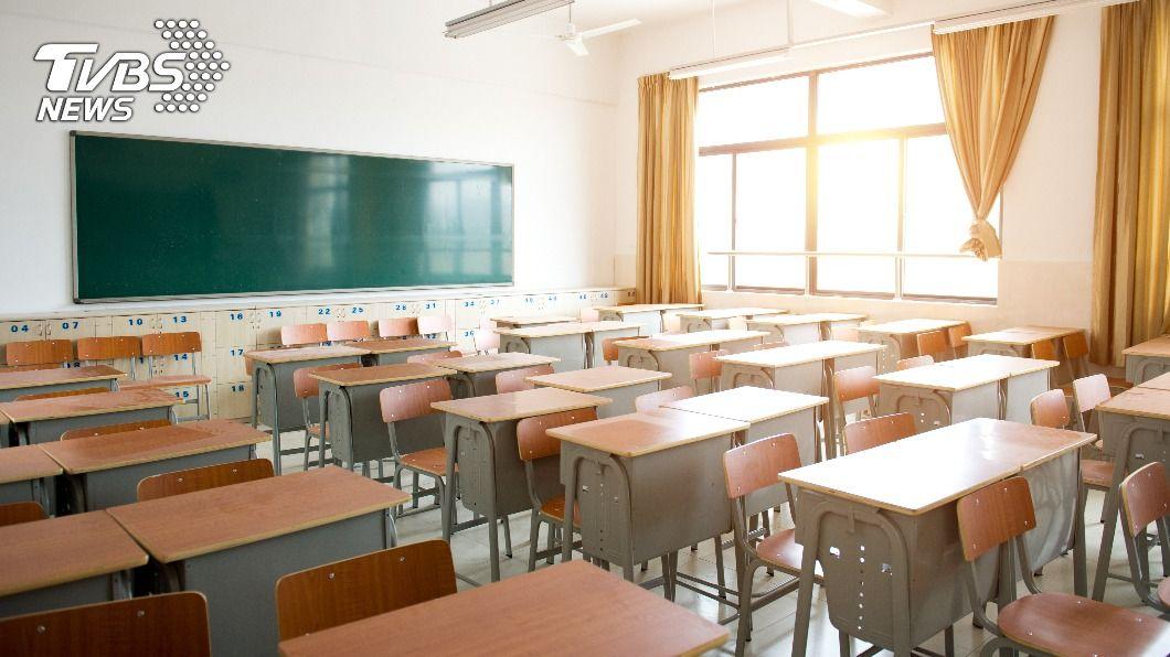 一名畢業逾50年的「不肖生」寄暖心信回母校。(示意圖/shutterstock達志影像) 欠小學註冊費50年 「不肖生」寄信補繳2萬3千元報恩