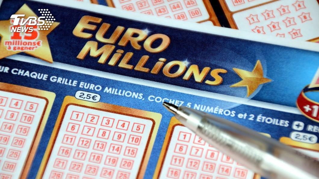 英國一名少女買了「歐洲百萬」彩券試手氣,結果買的號碼與中獎號碼全都差1號。(示意圖/shutterstock 達志影像) 英女買樂透「全差1號」中頭獎 與70億擦肩超心碎