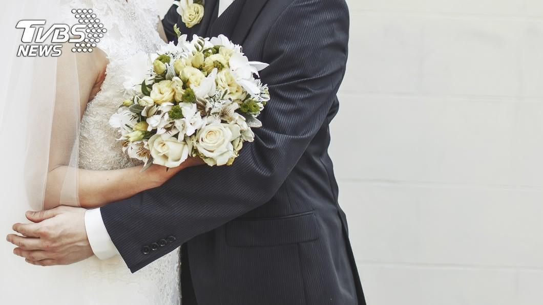 許多夫妻結婚當下,都會拍攝婚紗照當作紀念。(示意圖/shutterstock 達志影像) 兒女吵要看結婚照 人母挖出被「最強小三」神回擊落