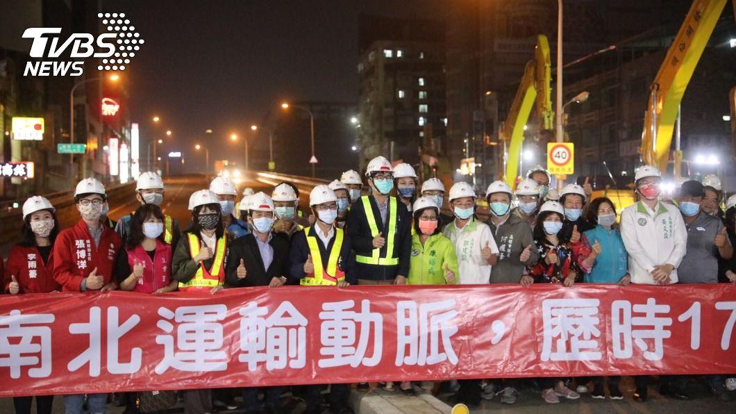 通車17年的中博高架橋27日0時走入歷史。(圖/TVBS) 伴高雄通車17年 中博高架橋「功成身退」拆除開工