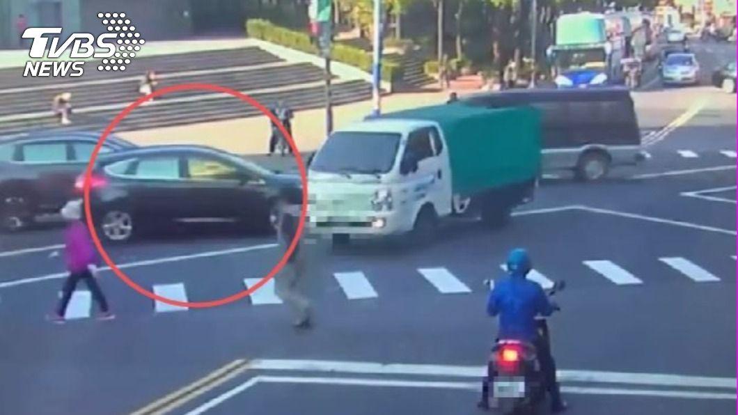 李姓女駕駛與小貨車發生擦撞。(圖/TVBS) 車禍測出酒精反應 女駕駛喊冤「吸電子菸」導致