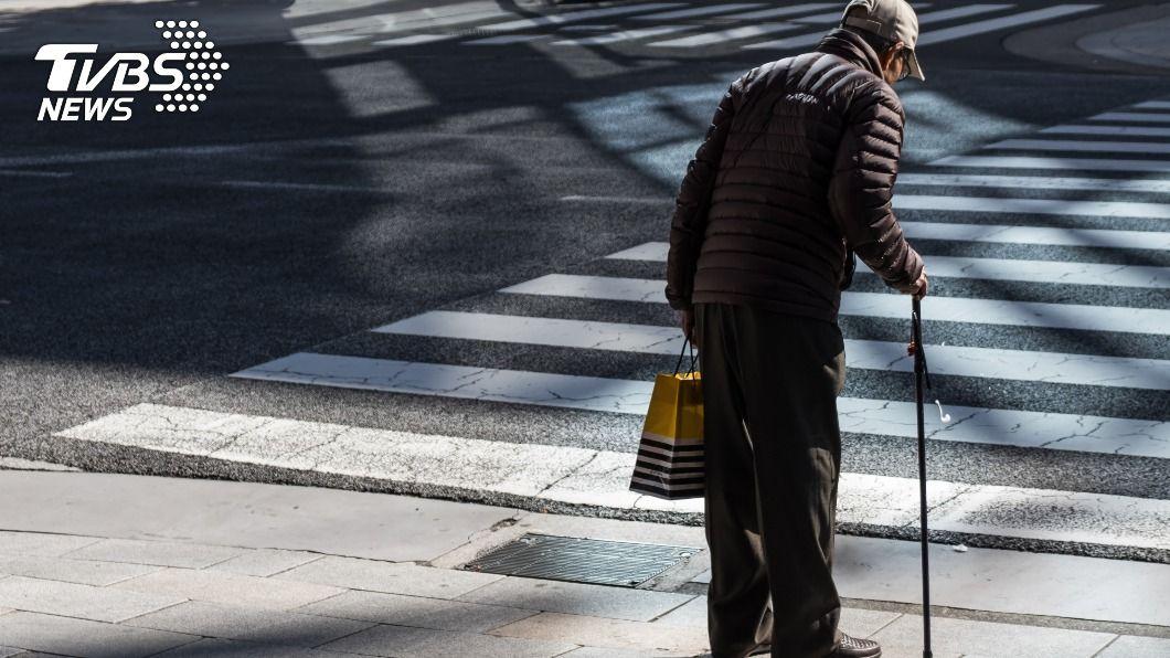統計去年行人死亡交通事故,高齡者比例逾8成。(示意圖/shutterstock達志影像) 行人死亡交通事故 北市警:高齡者逾8成