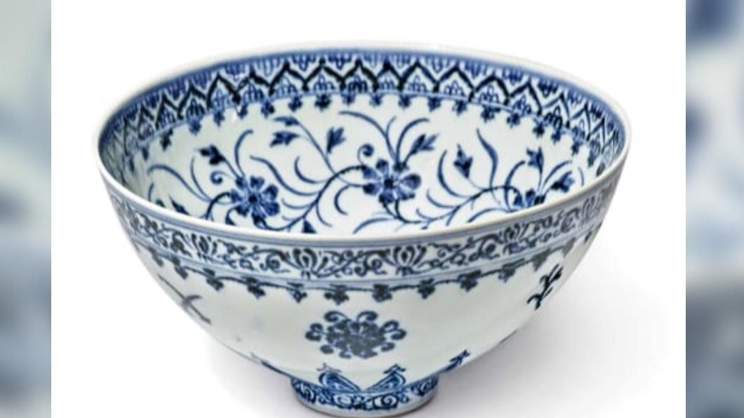 民眾意外買到明朝時期的青花瓷碗。(圖/翻攝自Courtesy Sotheby's官網) 跳蚤市場買900元瓷碗 洋男鑑價達千萬:是明朝古董!