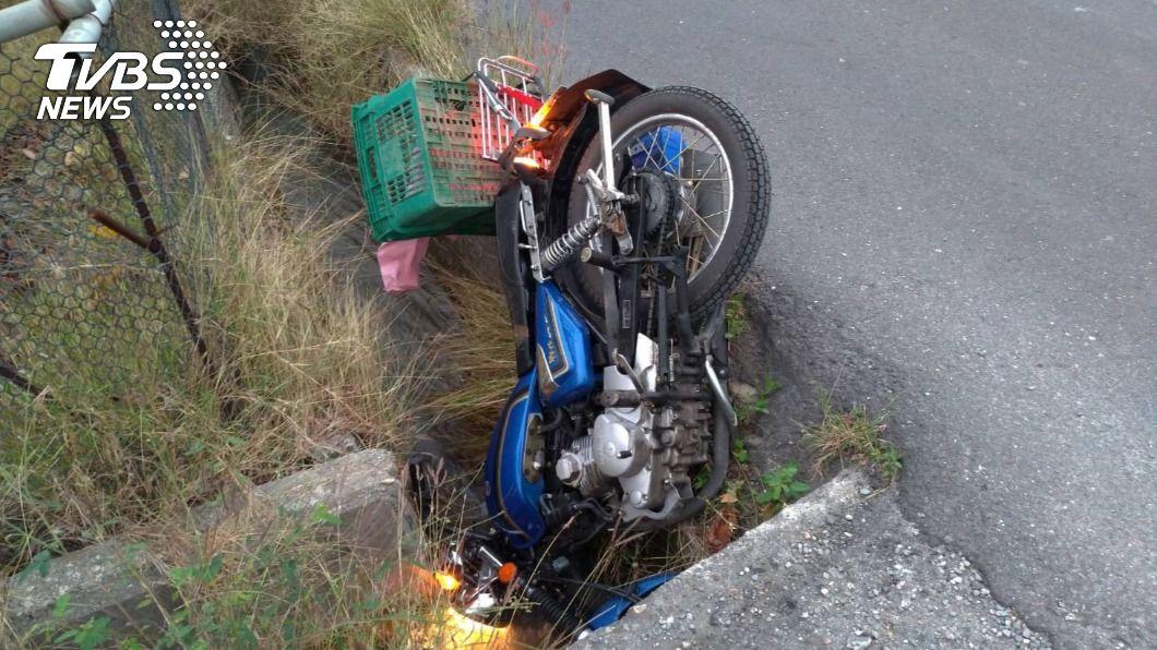 台東縣昨晚發生一起機車摔入水溝傷亡意外。(圖/TVBS) 台東高齡夫妻騎車摔水溝 79歲阿公亡阿嬤重傷