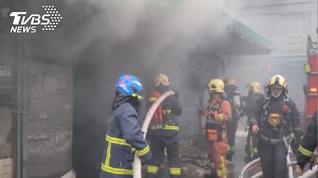 中和「華泰市場」起火 住戶爬窗逃生燙傷