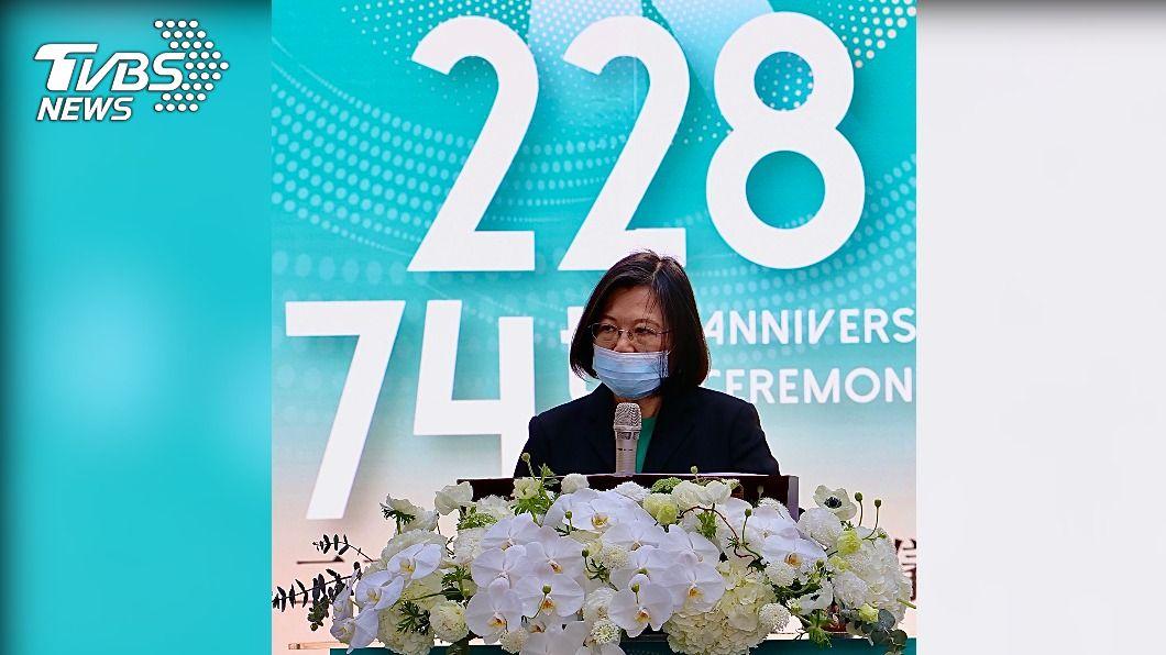 總統蔡英文上台致詞。(圖/中央社) 紀念228歷史事件 蔡英文:民主自由不能交換