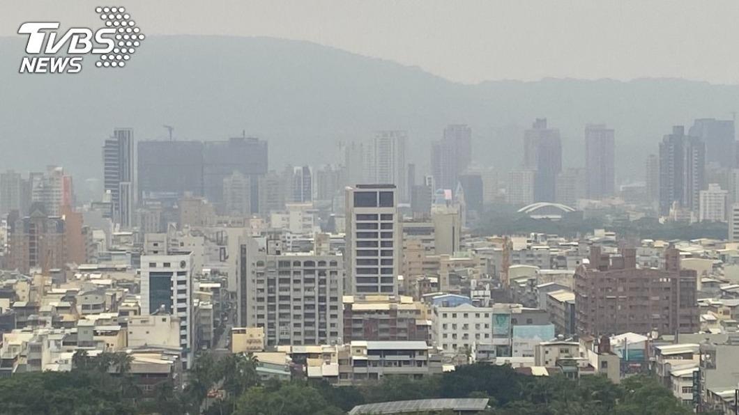 台灣西半部擴散條件差,空氣品質多呈橘色提醒等級,中部以南可能達紅色警示等級。(圖/中央社) 中南部注意!擴散條件差 空氣品質可能亮紅燈