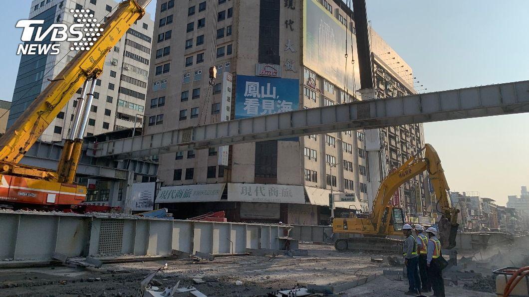 中博高架橋加速鋼梁拆除。(圖/中央社) 中博高架橋拆除進度超前 林欽榮迎上班日:交通順暢