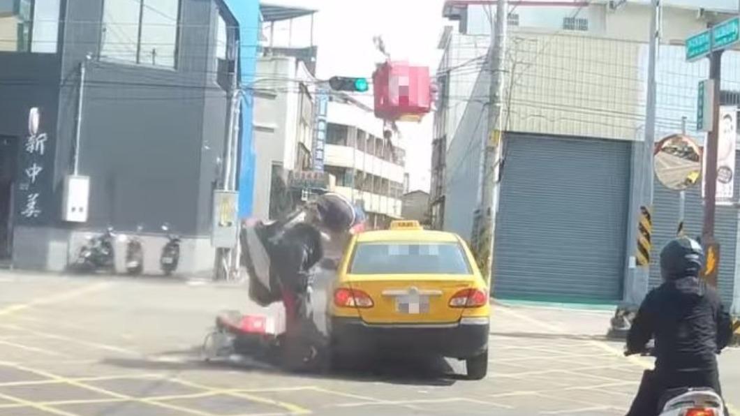 外送員搶快闖紅燈,猛力撞上直行計程車。(圖/翻攝自「野戰咖啡之徒步者的天空」YouTube) 彰化外送員冒死闖紅燈 猛撞計程車噴飛「全身骨折」