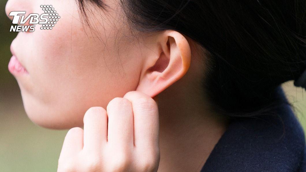 彰化一名30歲女子突遭鄰居攻擊,左耳被咬掉三分之一。(示意圖/shutterstock達志影像) 鄰居突攻擊「咬掉左耳」 彰化女留陰影:有人靠近就怕