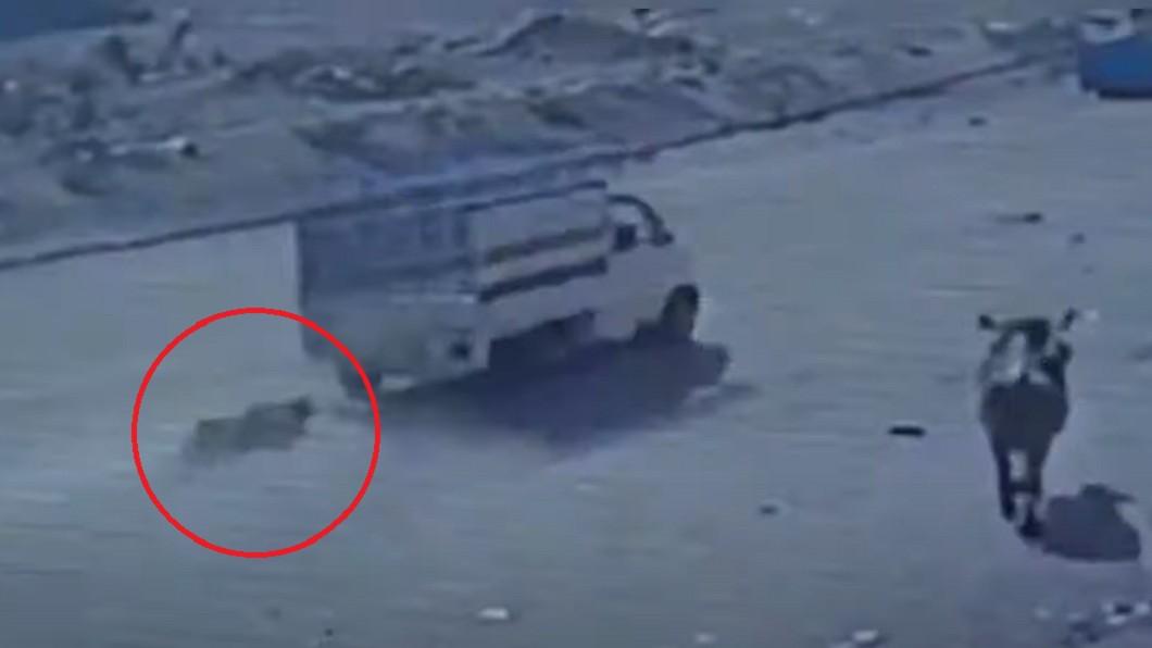 家暴夫被綁在貨車後方拖行。(圖/翻攝自आम्ही भारतीय 41.91K Subscriber YouTube) 長期家暴不忍了! 印婦把尪綁貨車「拖500公尺」爆頭