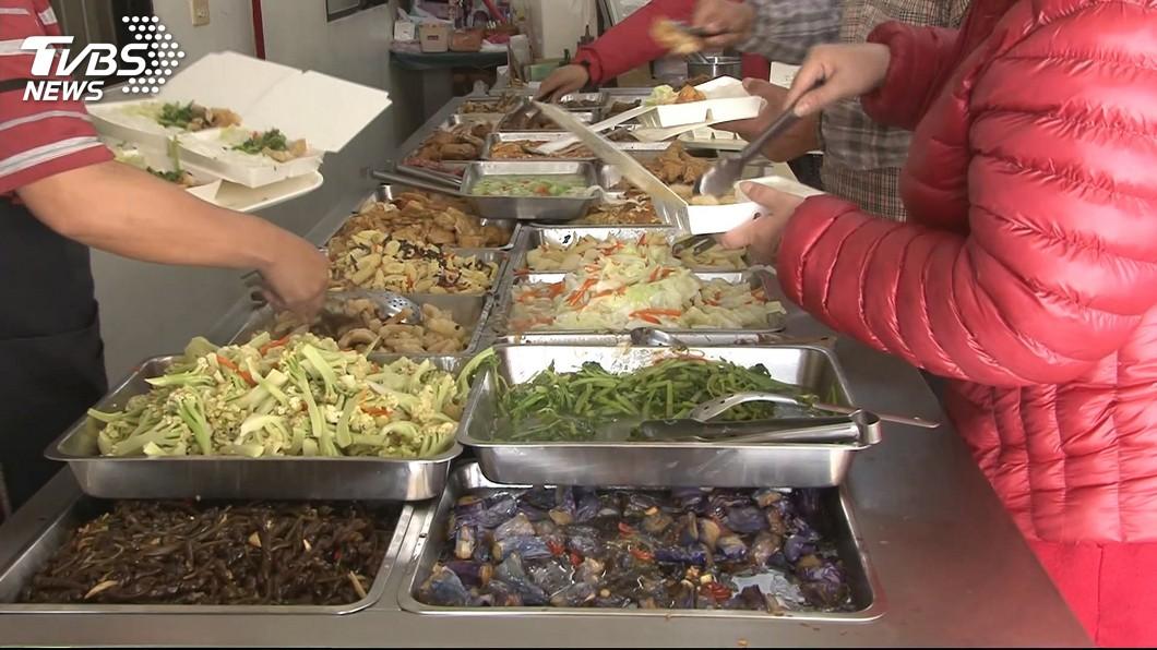 許多民眾會到自助餐店解決一餐。(示意圖/TVBS資料畫面) 自助餐80道菜沒重複 女陷選擇障礙:辦桌等級了