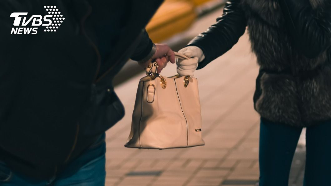 女子慢跑時,名牌包遭搶。(示意圖/shutterstock達志影像) 新北女到北大慢跑 名牌包遭搶與歹徒拉扯跌倒受傷