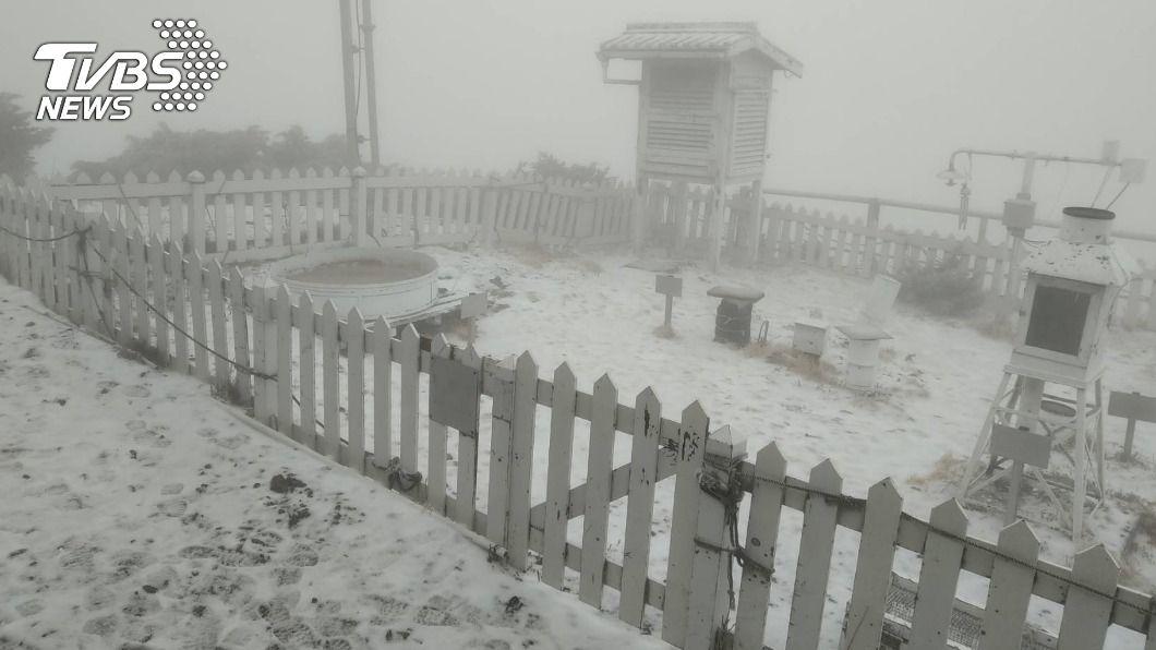 玉山上午07:05飄三月雪 遠眺一片白茫茫雪景