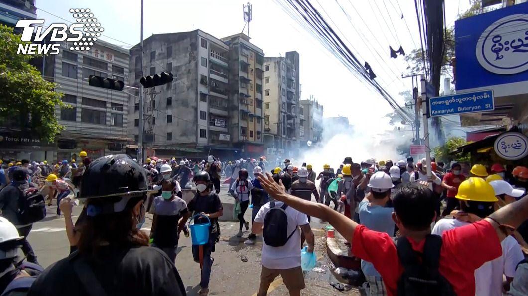 緬甸軍政府向示威者發射催淚瓦斯。(圖/達志影像美聯社) 緬甸血腥鎮壓反政變示威 英要求安理會5日會商