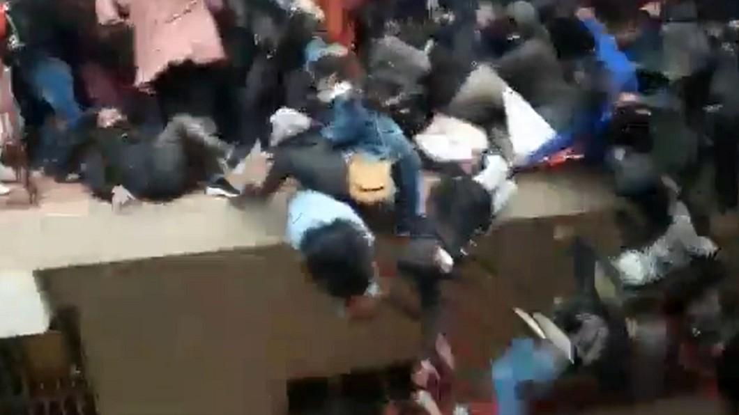 大學生失足墜樓,共造成7死4重傷。(圖/翻攝自推特) 學生擠斷欄杆「集體墜樓」7死 南美洲大學曝驚悚畫面