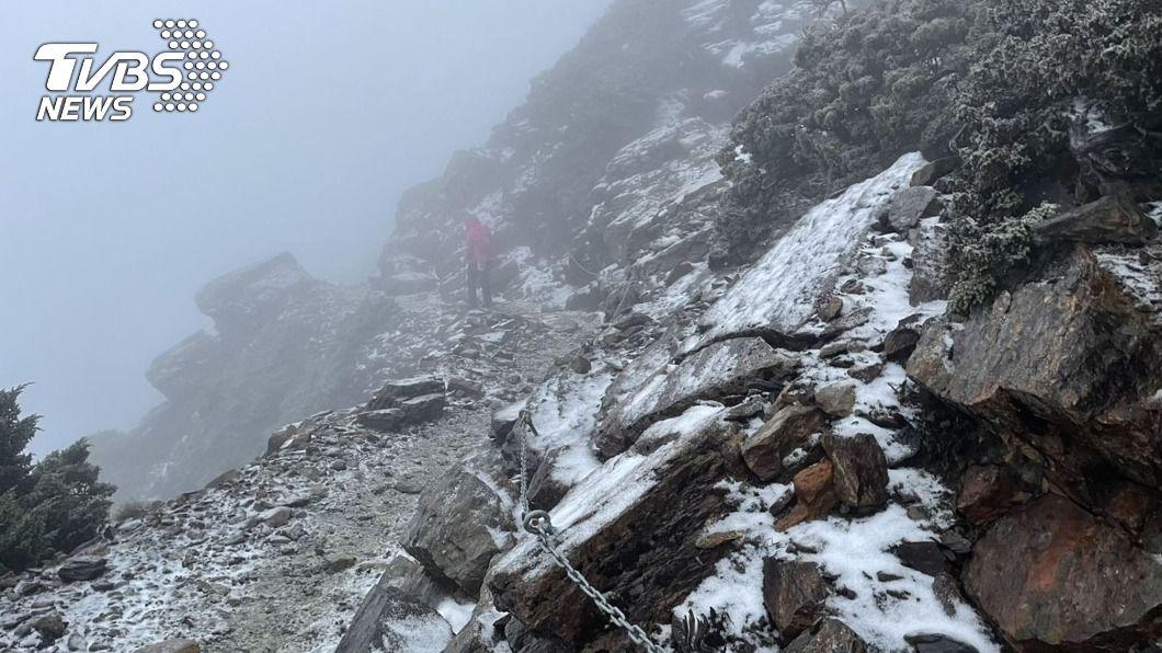 玉山降雪步道結冰。(圖/中央社) 玉山降雪步道結冰溼滑 管理處籲山友注意安全