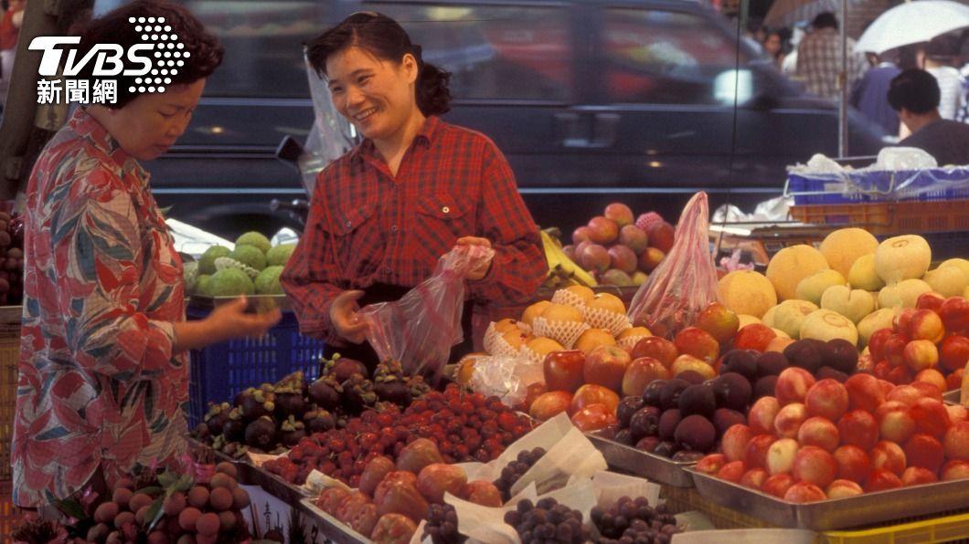 不少民眾購買水果時會東翻西找。(示意圖/shutterstock 達志影像) 水果店驚見「金字塔」 內行人揭業者絕招:超高竿