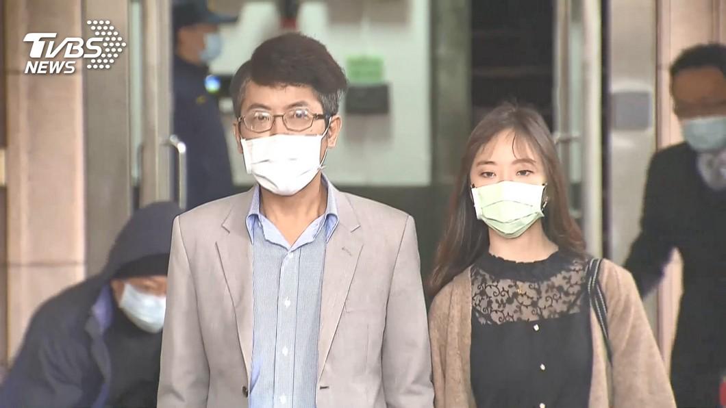 丁允恭在妻子陪同下出庭。(圖/TVBS) 丁允恭妻控「討50萬金援」 Y女發聲回應:勿亂攻擊