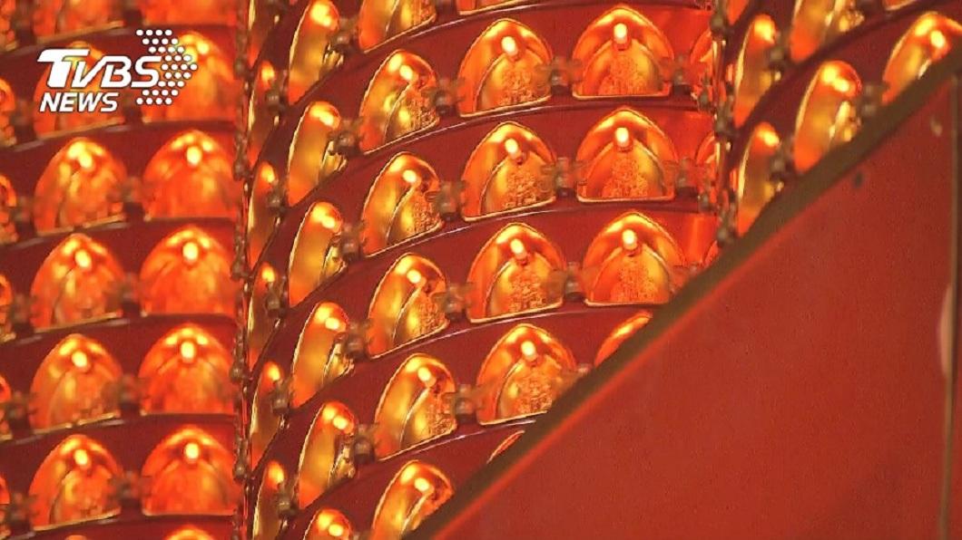 農曆新年期間不少人會到廟裡點光明燈。(圖/TVBS資料畫面) 廟裡祈福驚見「光明燈新點法」 女嚇到險閃尿:有夠詭異